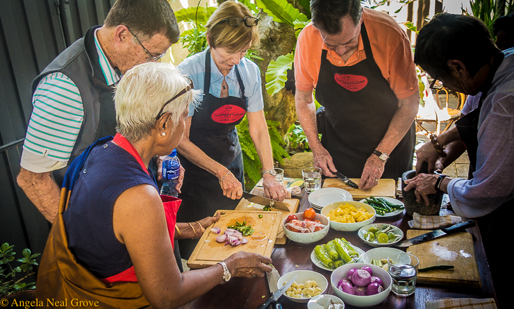 Traveling Spoon's culinary adventure; Cooking class in Columbo, Sri Lanka. Chopping and preparing vegetables for curry. //Photo:A.N. Grove